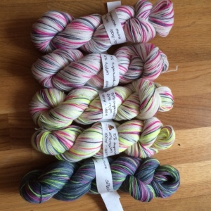 my first time dyeing sock yarn with neon colours www.knittinginfrance.com